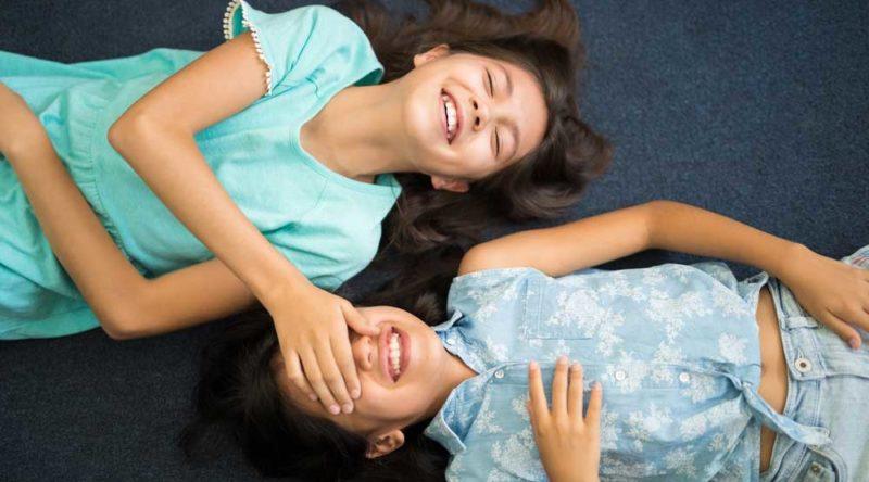 Parabenize sua maior companheira com estas 55 frases de aniversário para irmã
